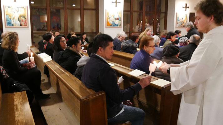 Auferstehungsfeier am Ostersonntag  um 5:00 Früh, Osterkerzen in den Bänken wieder entzünden