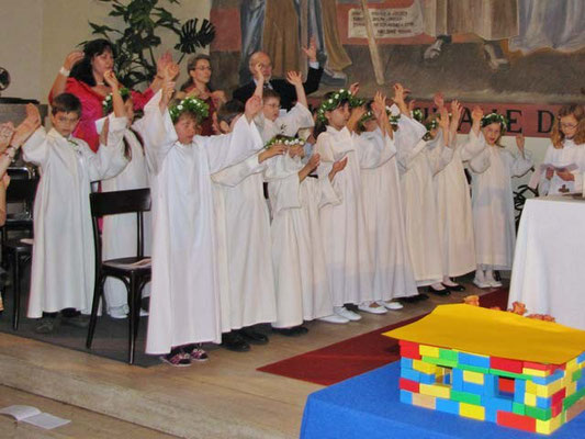 Die Gruppe links vom Altar.