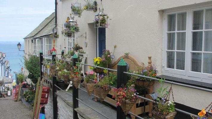 Dienstag: Spaziergang durch den blumengeschmückten Ort von Clovelly (1 von 2).