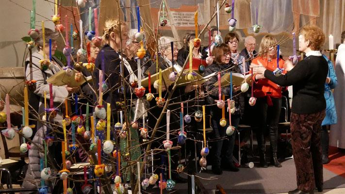 Auferstehungsfeier am Ostersonntag  um 5:00 Früh, Kirchenchor hinter dem Osterbaum