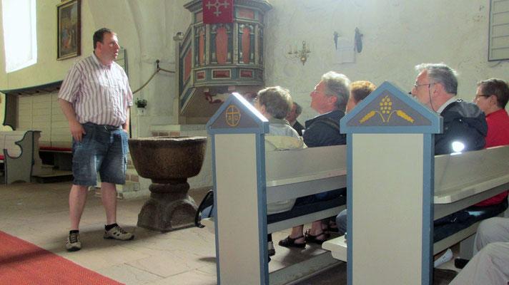 Mittwoch: Der Inselführer erzählt uns die Geschichte der Kirche, auch Friesendom genannt.