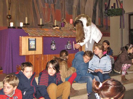 Zweiter Adventsonntag, die Laterne im zweiten Stallfenster wird entzündet