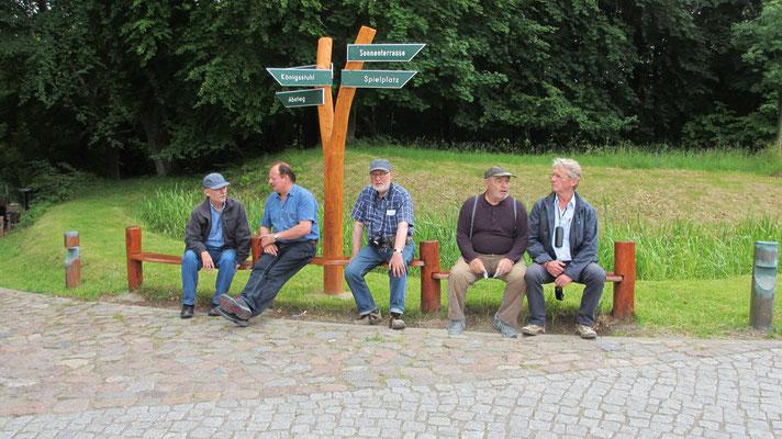 Montag: Männer-Wartepause auf dem Rückweg vom Kreidefelsen.