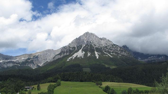 Montag: Der nebelverhangene Wilde Kaiser bei Ellmau in Tirol.