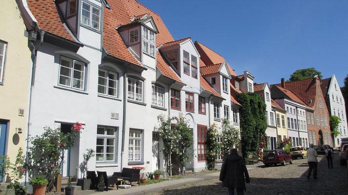 Dienstag: Schöne Häuser und historische Gassen in Lübeck.