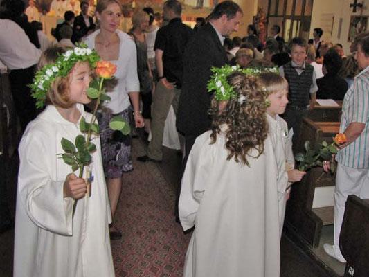 Zum Friedensgruß bringen die Kinder ihren Eltern eine Rose.