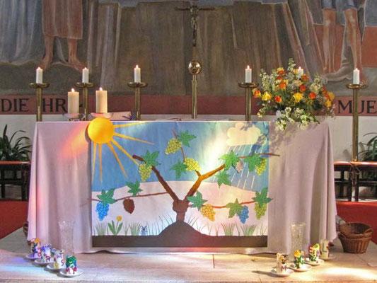 """Das Altartuch wurde gemeinsam mit den Erstkommunion Kindern passend zum Thema """"Ich bin der Weinstock, ihr seid die Rebzweige"""" gestaltet."""