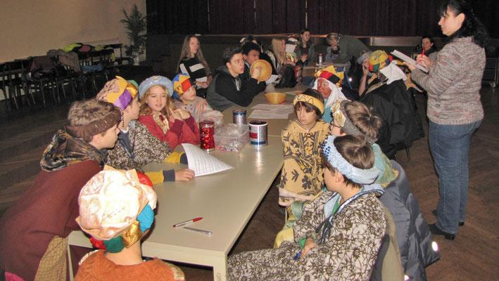 Dienstag 6.Jänner, Vorbereitung auf die Sternsingermesse im Pfarrsaal