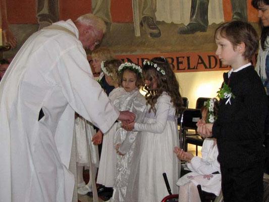 Danach der große Augenblick: Kinder empfangen die heilige Kommunion.