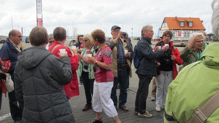 Montag: Als Abschluss einer schönen Woche stoßen am Hafen von Stralsund alle mit einem Becher Sekt an.