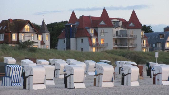 Samstag: Strand in Warnemünde mit seinen schönen Hotels.