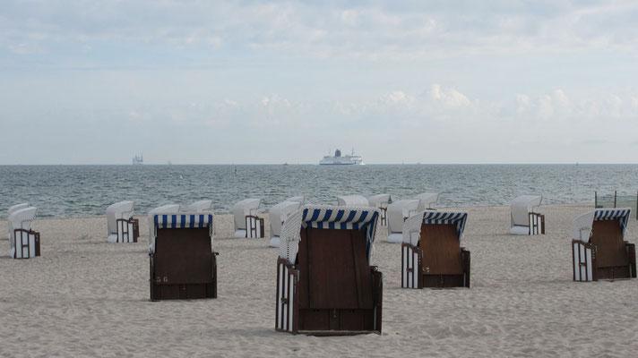 Dienstag: Morgenspaziergang am Strand von Warnemünde vor der Abfahrt.