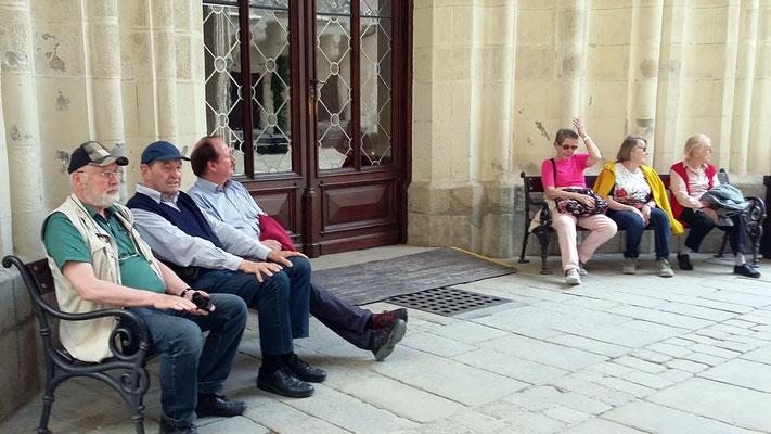 Montag: Warten vor der Turmbesteigung im Schloss in Hruboka