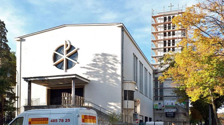 12.Oktober: Der Anstrich am Kirchturm ist fast fertig.