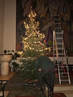 Aufstellen der Christbäume in der Kirche durch Günter und Raffael Hink.