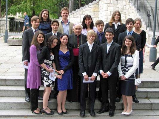 Gruppenfoto ohne Firmpaten: die 11 gefirmten Jugendlichen mit Bischof Krätzl und den vier Firmbegleitern.