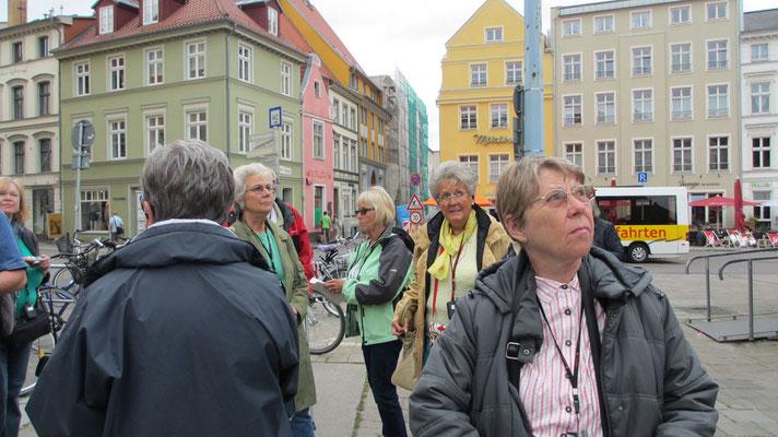 Montag: Stadtspaziergang in der Altstadt von Stralsund auf der Insel Rügen.