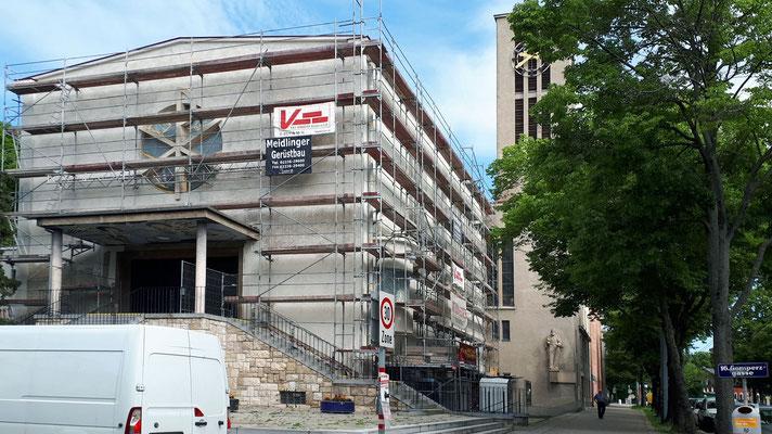 2.Juni: Der Anstrich am Kirchenschiff ist fast fertig.