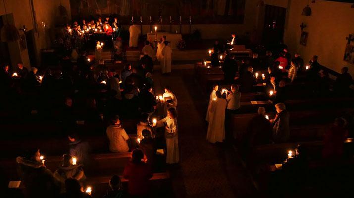 Auferstehungsfeier am Ostersonntag  um 5:00 Früh, Osterlicht an die Gemeonde weitergeben