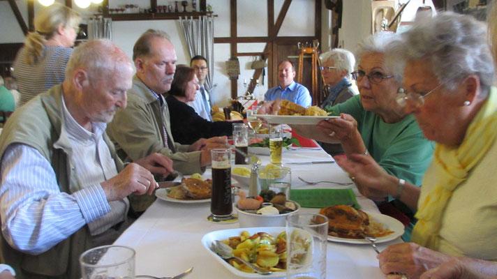 Samstag: Einladung zum gemeinsamen Mittagessen in einem Dorfgasthof auf der Insel Usedom.