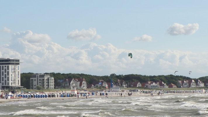 Freitag: Am Strand von Warnemünde ist bei dem schönen Wetter viel los.