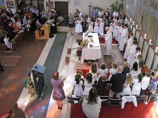 Nach der Gabenbereitung singen wir gemeinsam das Hochgebet mit Akklamationen: Halle- halleluja, lobet alle Gott.