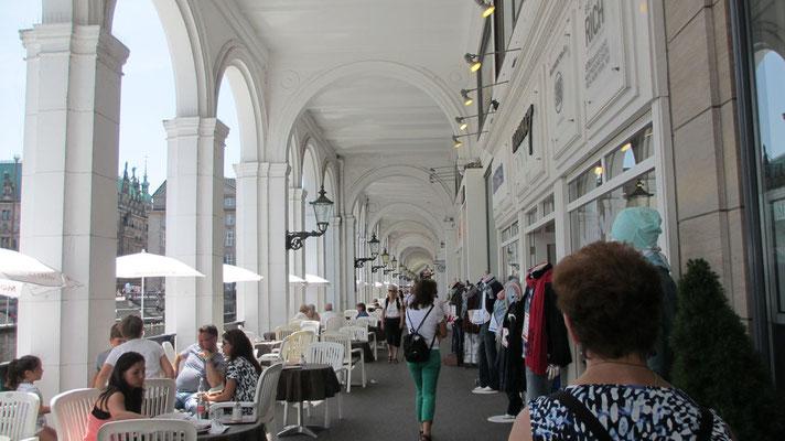 Dienstag: Die Alster-Arkaden in der Hamburger Altstadt mit Restaurants und Geschäften.