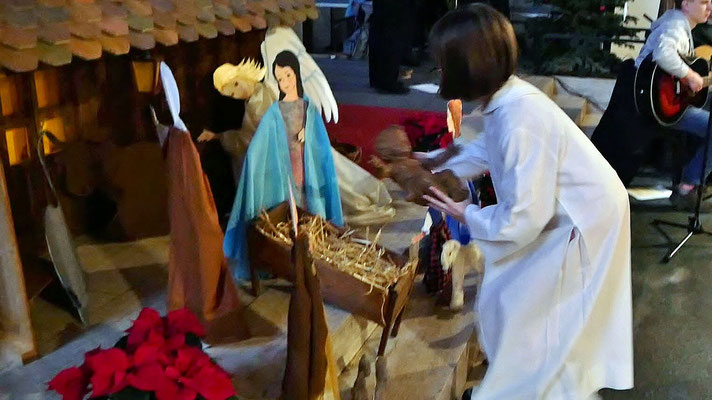 Kindermette, Jesukind wird in die Krippe gelegt