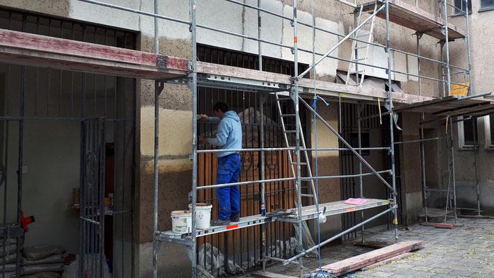 26.Mai: Sanierungsarbeiten am Putz.