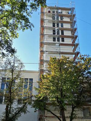30.September: Der erste Anstrich an Kirchturm und Pfarrhaus ist erfolgt.