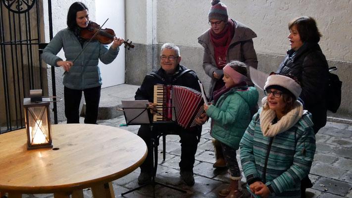 Dritter Adventsamstag, Advent- und Weihnachtslieder zum Mitsingen begleitet mit Ziehharmonika und Violine.
