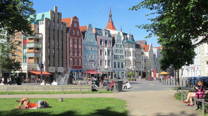 Sonntag: Die Häuser in der Altstadt von Rostock (ehemaliges Ostdeutschland) sind renoviert.