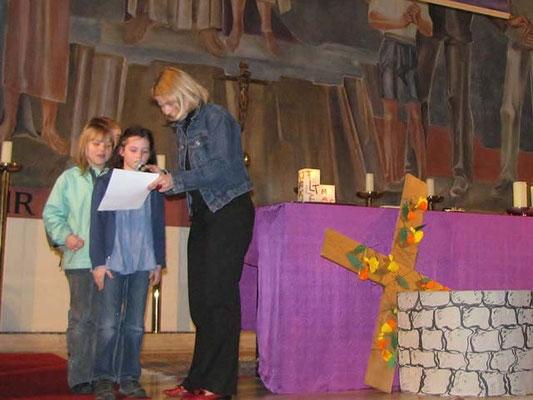 Vorstellung der Erstkommunionskinder 2011: Am Beginn der Messe bringen die Kinder die Bußgedanken.