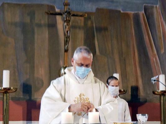 Freitag Abendmesse: Zur Kommunion muss der Priester Maske aufsetzen