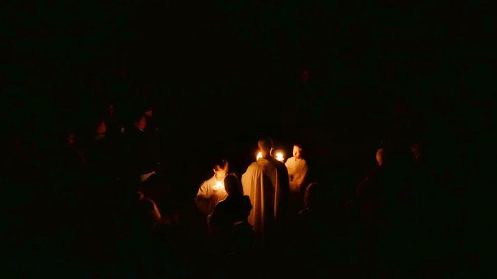 Auferstehungsfeier am Ostersonntag  um 5:00 Früh, Einzug in die Kirche mit der Osterkerze