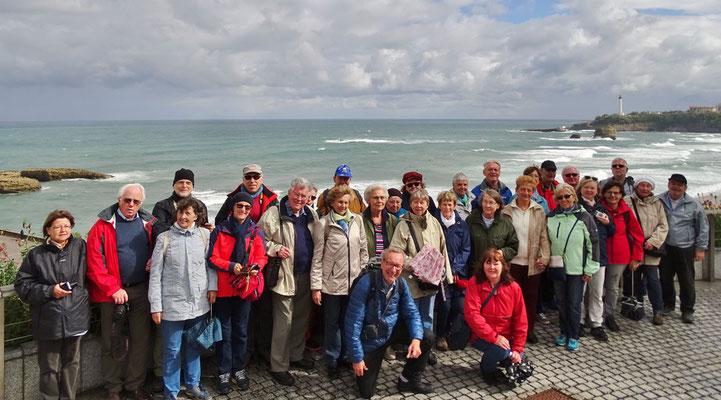 Freitag: Biarritz, Gruppenfoto vor dem Panaroma der Atlantikküste