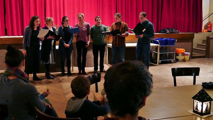 """Vierter Adventsamstag, der a-capella Chor """"Halbkreis"""" singt Advent- und Weihnachtslieder."""