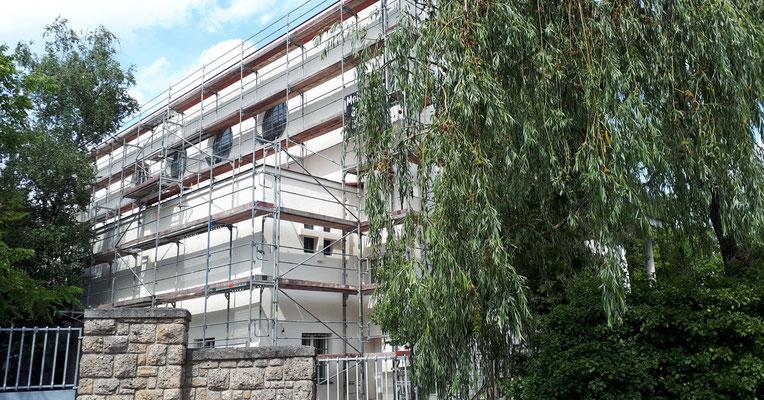 7.Juli: Das Gerüst beim Jungscharheim ist noch immer nicht entfernt, obwohl die Arbeiten abgeschlossen sind.