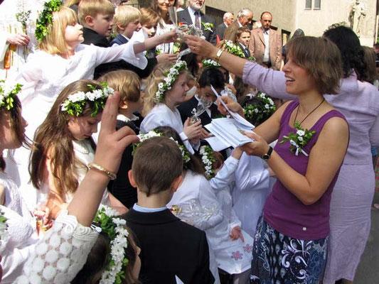 Nach der Foto Session bekommen alle Kinder ein geweihtes Kreuz mit auf ihren Weg.