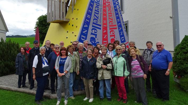 Mittwoch: Gruppenfoto vor der Appenzeller Käserei in der Schweiz.