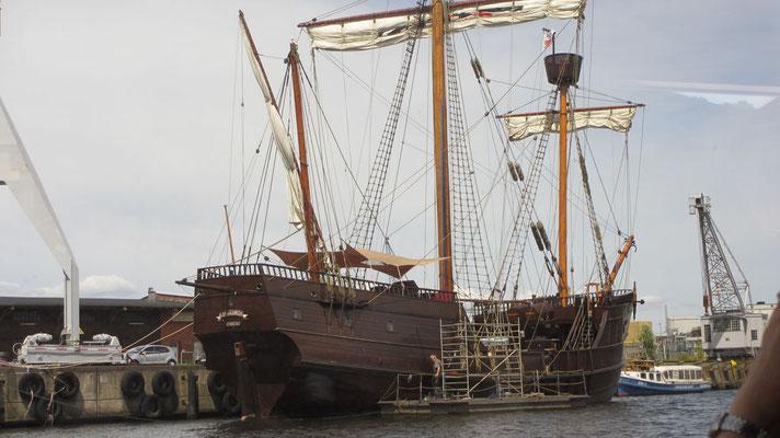 Dienstag: Alte Segelyacht im Hafen von Lübeck.