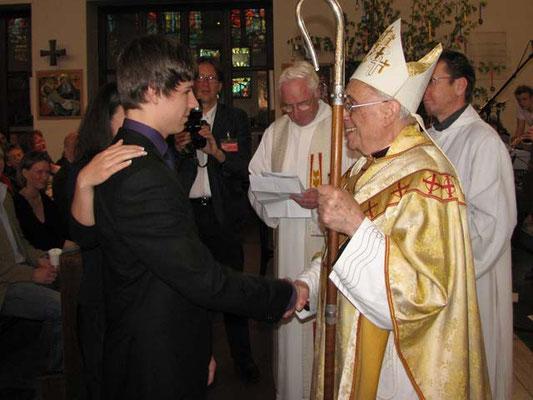 Bischof Krätzl findet auch persönliche Worte für jeden Jugendlichen