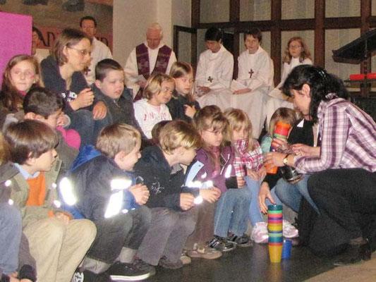 Vorstellung der Erstkommunionskinder 2011: Jedes Kind bekam einen Becher mit Wasser zum Trinken.