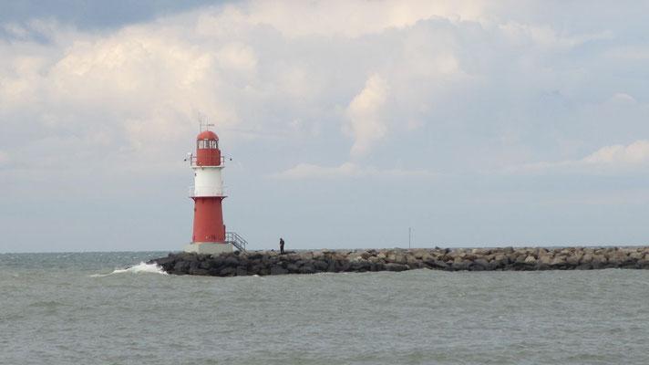 Freitag: Ein alter Leuchtturm an der Ostsee Küste in Warnemünde.