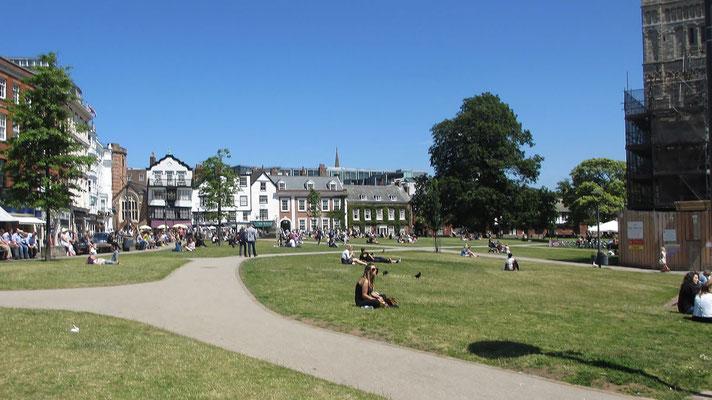 Freitag: Vor der Kathedrale von Exeter ist ein großer Platz nmit einer Wiese und Cafes.