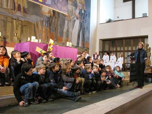 Vorstellung der Erstkommunionskinder 2011: Nach dem Evangelium versammelten sich die Kinder um den Brunnen vor dem Altar. Martha führt mit ihnen ein Gespräch über die Bedeutung des Wassers.
