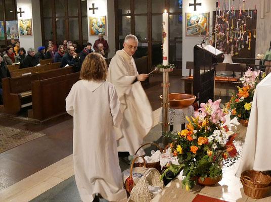 Auferstehungsfeier am Ostersonntag  um 5:00 Früh, Speisenweihe am Ende der Messe