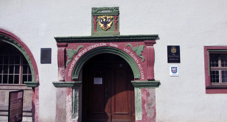 Samstag: Portal am Rathaus von Mühlhausen