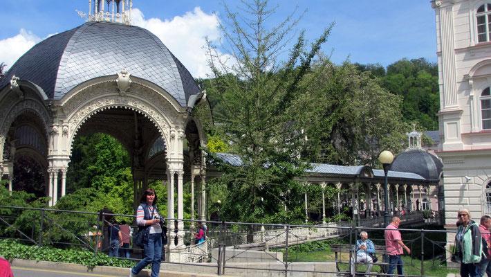 Sonntag: Kolonnaden mit seinen 14 Heilquellen im Kurort Karlsbad