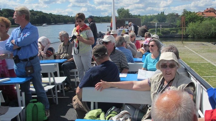 Sonntag: Die Schiff-Rundfahrt dauert 1,5 Stunden mit Mittagessen am Schiff.